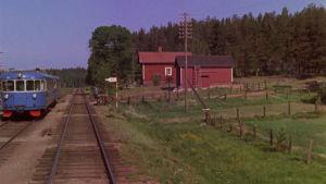 Juna raiteilla maalaismaisemissa Suomessa 1960-luvulla