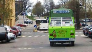 Tonibell-auto ajaa Helsingissä.