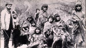 Representanter för indianfolk från Argentina på människoutställning i Paris 1889.