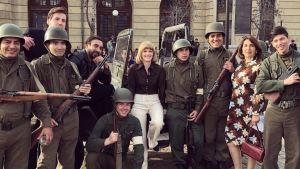 Sophia Heikkilä med soldater i inspelningarna av Invisible Heroes