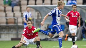 Rasmus Schüller och Pekka Sivhola under ett Helsingforsderby.