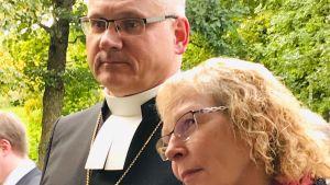 Biskop Bo-Göran Åstrand med frun Karin med sommargrönska i bakgrunden i Borgå.