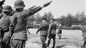 SS-generalen Felix Steiner och generallöjtnant Malmberg inspekterar trupper i Hangö sommaren 1943.