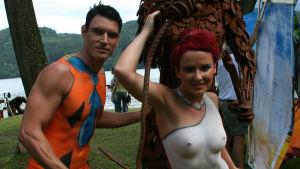 Kroppsmålat par som föreställer Flintstones