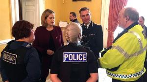 Inrikesminister Amber Rudd (andra från vänster) mötte poliser och räddningspersonal under sitt besök i Salisbury på fredagen.