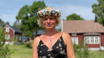 Hotellchef Tanja Liljeqvist med en midsommarkrans runt huvudet.