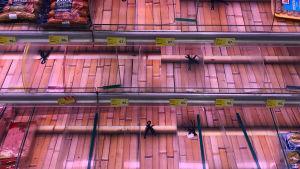 Tomma butikshyllor i Hongkong innan tyfonen Mangkhut 2018.