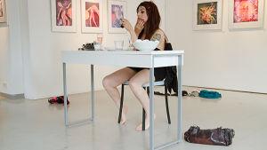 Konstnären Keme Pellicer i sin performans Beauty tips.