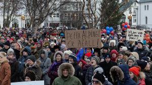 Islänningar protesterar mot sex politiker som åkt fast för att lägga