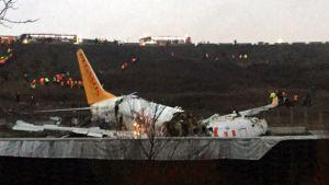 Flygplan som gått i tre delar ligger på marken i Turkiets huvudstad Istanbul.