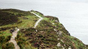 Irlannin luoteisrannikon kallioita. Kallion harja, jossa kulkee kivetty polku