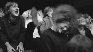 The Renegadesin innostunutta yleisöä Helsingin Messuhallissa 1964.