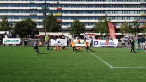 Fotboll på torget.