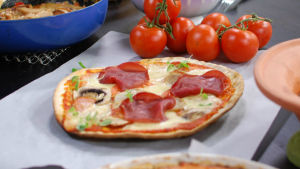 Pizza med mozarella och skinka..