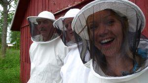Sonja och Michael bland bin hos Totto Eckerman