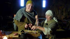 Michael Björklund och Birgit Thomsen stoppar lammkorv