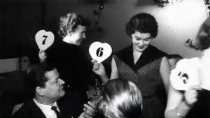 Osallistujia ja yleisöä Salpausselän kisatyttö -kilpailussa 1955