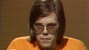 Mikko Alatalo juontaa Iltatähteä vuonna 1974.