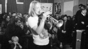 Mattijuhani Koponen soittaa trumpettia Porno-68-tapahtumassa Tampereella 1968.