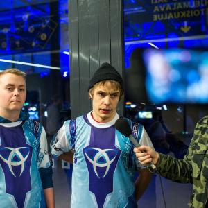 Paranoia eSports CS:GO-joukkueen pelaajia Ylen haastattelussa
