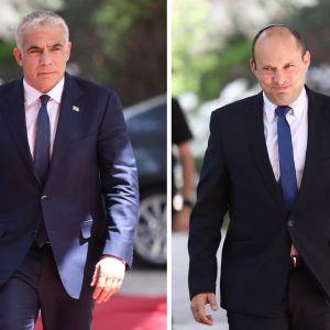 Vierekkäin kuvat Yair Lapidista ja Naftali Bennettistä, jotka kävelevät tummissa puvuissa autoilta punaisella matolla.