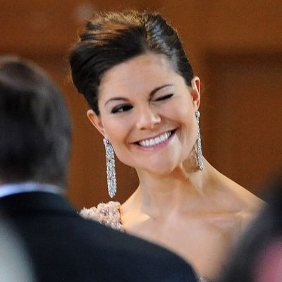 Hymyilevä Victoria iskee silmää.