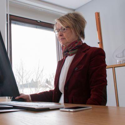 Toimitusjohtaja Tuija Rajamäki, Stala, työhuoneessaan.