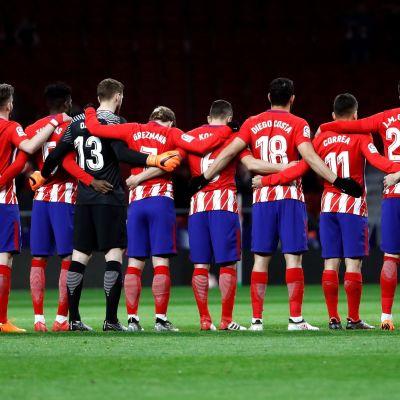 Atletico Madridin pelaajat hiljaisessa hetkessä Eneiqu Castron muistoksi.