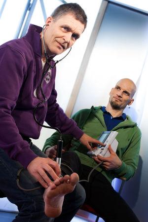 Toimittaja Mikko Penttilältä mitataan verenpaine jalasta.