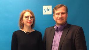 Isabella Holm och Reidar Wasenius poserar utanför Vegastudion