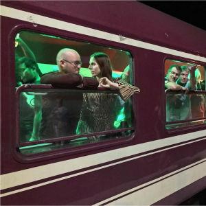 Tågresenärer ombord på ett nattåg.