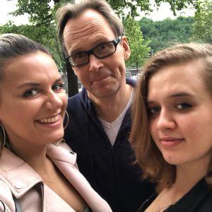 Man och två kvinnor i en selfie.