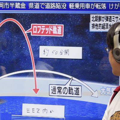 Tokiossa seurattiin Pohjois-Korean ohjuskokeeseen liittyvää uutisointia.