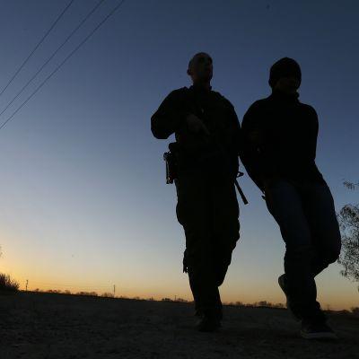 Rajavartijat ovat pidättäneet miehen, jonka epäillään tulleen laittomasti Yhdysvaltoihin Rio Grande -joen yli Teksasissa.