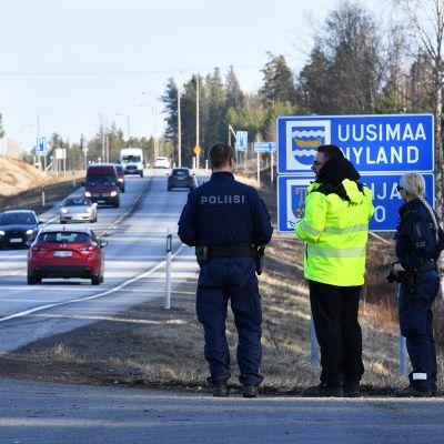 Poliiseja Lohjan rajalla.