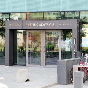 Huvudingången till Sibelius-Akademin i Helsingfors.