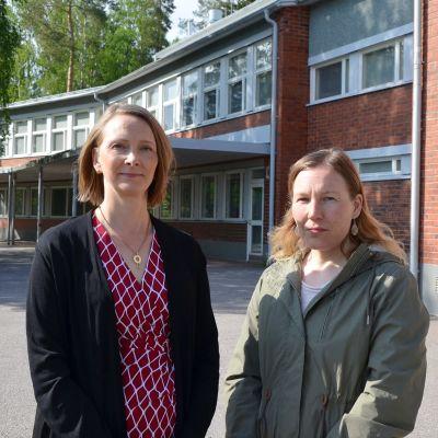 Satu Björkstén och Sara Illman utanför Smedsby skola i Esbo.