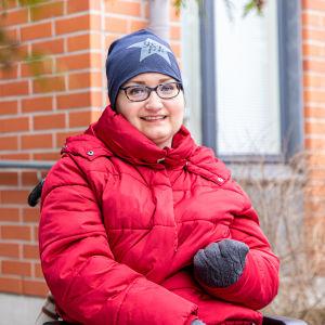 Teija Kangasvieri istuu pyörätuolissa.