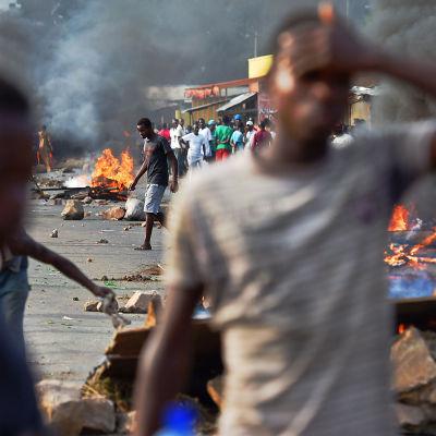 Demonstranter i Burundis huvudstad Bujumbura den 22 maj 2015.