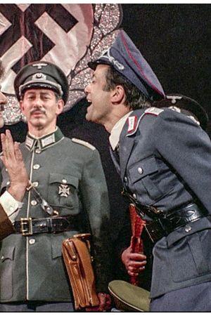 Natsit tanssivat Broadway-musikaalissa. Kuvat elokuvasta Kevät koittaa Hitlerille (1968).