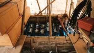 Katarine lastaa vesipulloja