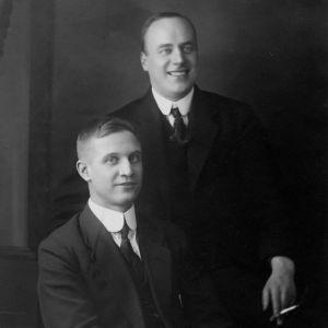Kommunisterna Allan Wallenius och Mauno Heimo i Stockholm i början av år 1921. Båda blev utvisade ur Sverige samma år och gjorde karriär inom Komintern i Moskva, där Heimo blev en av de högsta cheferna.