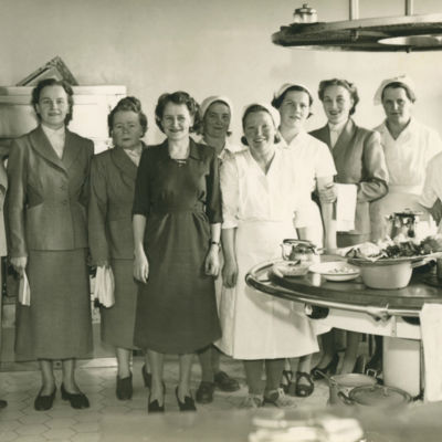 Kvinnlig personal i hotell Kalevas kök i St Michel, 1953