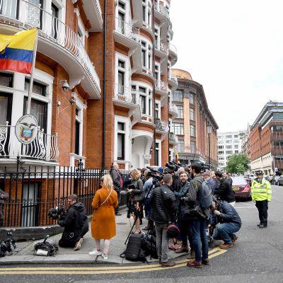 Median edustajia ja poliiseja Ecuadorin lähetystöllä Lontoossa, jossa Julian Assange oleskelee.