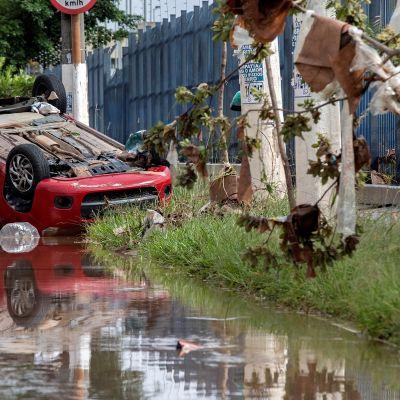 Auto katollaan vedessä