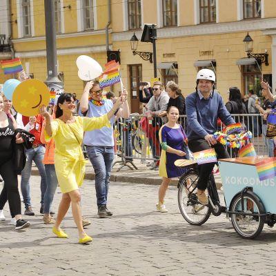 Kai Mykkänen ja Juhana Vartiainen Helsinki Pride 2018 -marssilla Helsingissä Senaatintorilla.