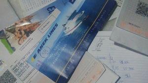 En hög olika tåg- och båtbiljetter.