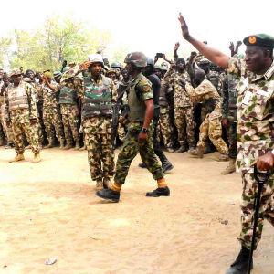 Nigerias president Goodluck Jonathan tillsammans med Nigerianska trupper som kämpar mot Boko Haram.