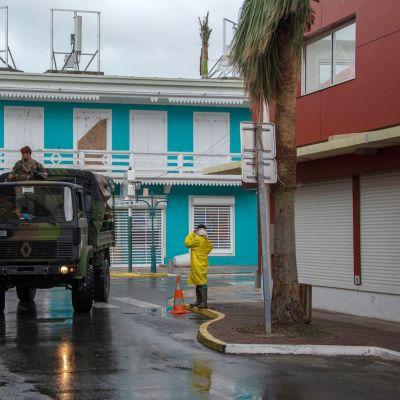 Sotilaat partioivat Saint Martinin saarella ennen hurrikaani Marian saapumista 19. syyskuuta.