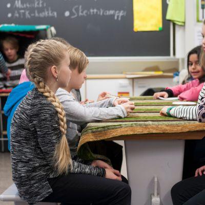 lapsia istumassa pöydän ääressä